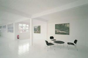 salon z białymi meblami